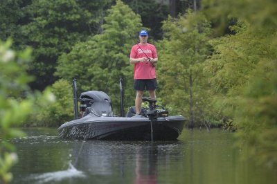 angler maunuvers fx20le with minn kota ultrex in shallow water