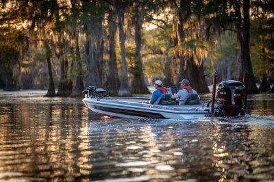 skeeter fx21 apex edition bass boat idling on lake caddo