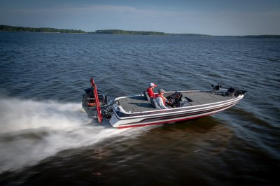 skeeter fx21 apex edition bass boat running down lake