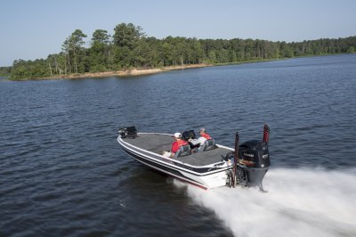 skeeter fx21 apex edition bass boat running across lake