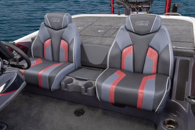 front photo of seat in skeeter fx 21 bass boat