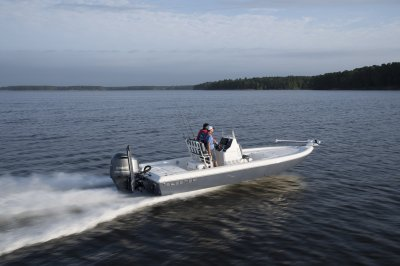 skeeter sx240 bay boat running down lake